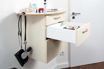 Arbeitsmöbel in einer Arztpraxis, Gesamtansicht.