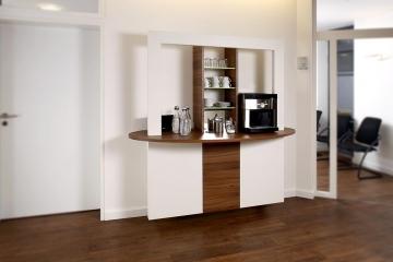 Kaffee-Bar in einer Arztpraxis.