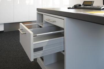 Schreibtisch aus Holz mit Schubladen-Element, Detail.