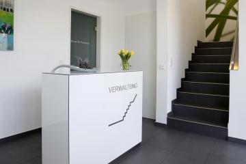 Dekoratives Schrankmöbel im Empfangsbereich.