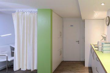 Behandlungszimmer mit Raumteiler, Hausarzt-Praxis Böggemeyer in Nienberge.