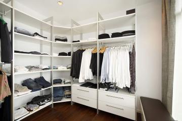 Dieser begehbare Kleiderschrank sorgt für perfekte Ordnung im Ankleidezimmer.