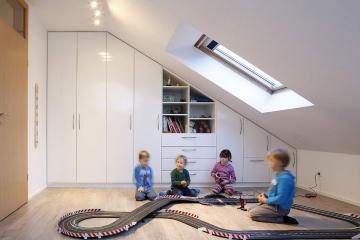 Ordnung im Spielzimmer ist möglich! Schrankwand unter Dachschräge.
