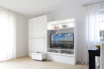 Leichter und moderner Schrank und Fernsehmöbel im Wohnzimmer.