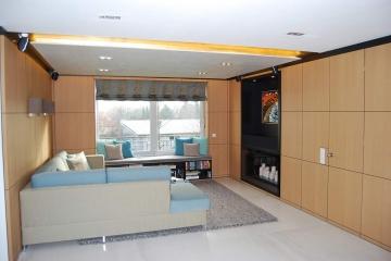 Wandschränke und Fensterbankmöbel im Wohnzimmer.