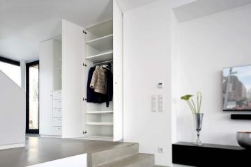 Moderne Garderobe in weiß.