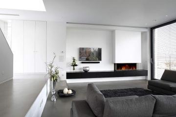 Moderne Wohnzimmereinrichtung und Garderobe in weiß (links im Bild).