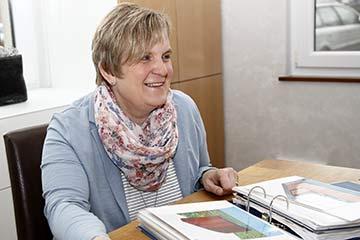 Margarethe Beckmann am Schreibtisch.