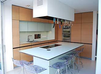 Totale einer Küche mit Einbau-Holzmöbeln.