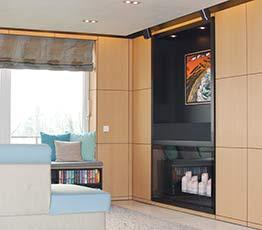 Schrankwand in einem gemütlichen Wohnzimmer. Ein Beispiel für Innenausbau der Tischlerei Beckmann.