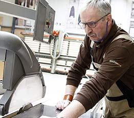 Tischler in der Tischlerei Beckmann beim Messebau.