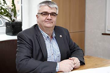 Tischlermeister Werner Beckmann am Schreibtisch.