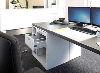Schreibtisch mit geöffneter Schublade.