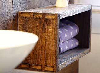 Badezimmerschränkchen aus Holz.